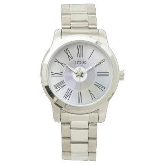 Elegante graue Scheibe DES RÖMER-KLASSIKERS | mit Armbanduhr