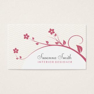 Elegante Karte mit den roten Blumen und chevrón