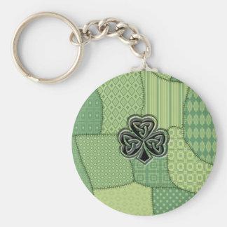 Elegantes trendy glückliches irisches schlüsselanhänger
