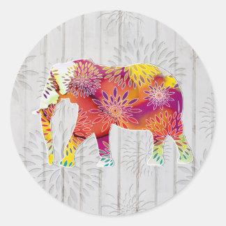 Éléphant lunatique mignon sur la conception en adhésifs ronds
