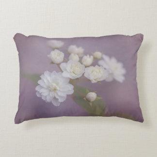Empfindliche weiße Blumen mit lila Hintergrund Deko Kissen