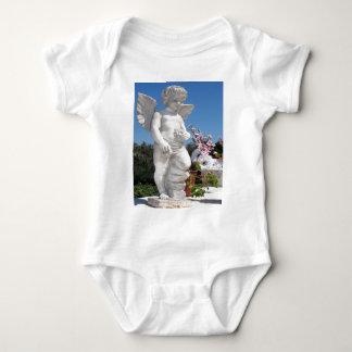 Engels-Statue im Grau Shirt