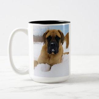 Englischer Mastiff in der Schnee-Tasse Zweifarbige Tasse