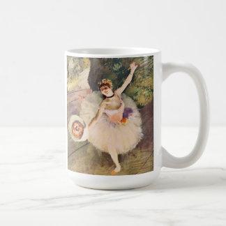 Entgasen Sie Ballerina mit Blumenstrauß der Kaffeetasse