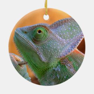 Entspanntes verschleiertes Chamäleon Rundes Keramik Ornament