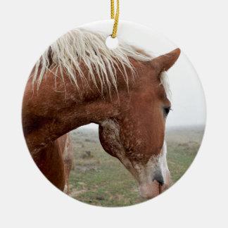 Entwurfs-Pferd im Nebel - atemberaubender Western Rundes Keramik Ornament