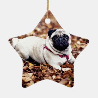 Entzückende Mops-Erholungen auf dem Herbst-Laub Keramik Ornament