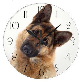 Entzückendes lustiges Schäferhundporträt Große Wanduhr