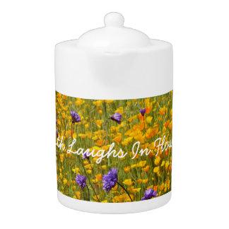 Erde lacht in der Blumen-Mohnblumen-Teekanne