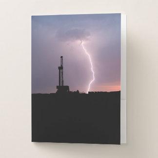 Erdölbohrungs-Anlage, Blitz, lila Himmel Bewerbungsmappe
