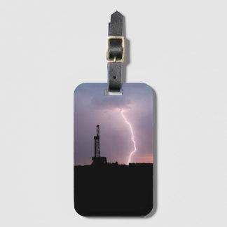 Erdölbohrungs-Anlage, Blitz, lila Himmel Gepäckanhänger