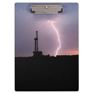 Erdölbohrungs-Anlage, Blitz, lila Himmel Klemmbrett