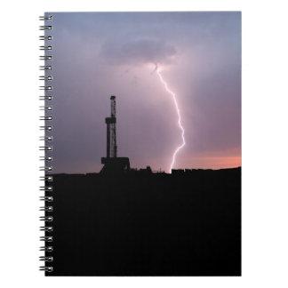 Erdölbohrungs-Anlage, Blitz, lila Himmel Notizblock