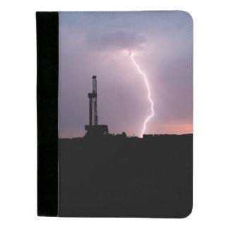 Erdölbohrungs-Anlage, Blitz, lila Himmel Padfolio