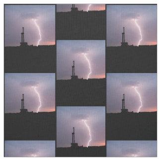 Erdölbohrungs-Anlage, Blitz, lila Himmel Stoff