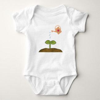 ErdtagesPflanzenbäume stellen ein Baby Strampler