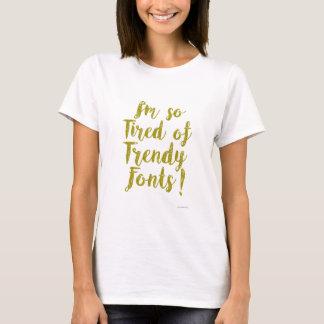 Ermüdet vom Trendy Schriftart T-Shirt