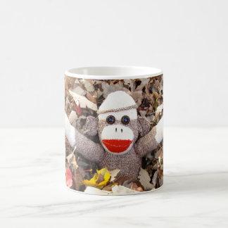 Ernie der Socken-Affe-Herbst verlässt Tasse