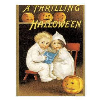Erschrockene Kinder auf Halloween Postkarte
