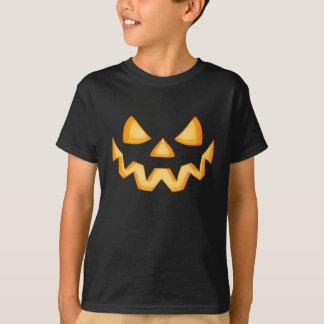 Erste Kürbislaterne in der Dunkelheit mit einem T-Shirt