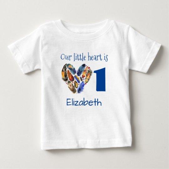 Erstes Geburtstags-Herz gemacht von den Federn Baby T-shirt