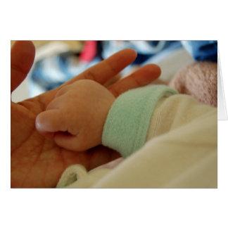 Erstes Mal-Vati, der Gruß-Karte des Babys Handhält Karte