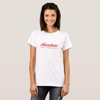 Erzähler geben gutes Ohrenrot auf weißer T-Shirt