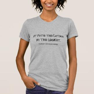 Es setzt die Lotion in T - Shirt ein
