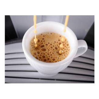 Espresso, der in Schale ausläuft Postkarte
