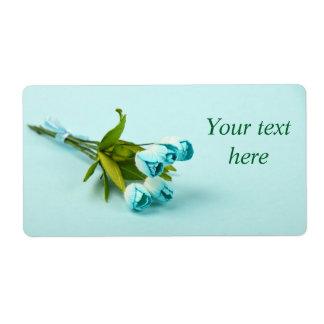 Étiquette d'expédition avec les fleurs bleues en