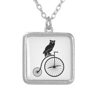 Eule, die auf einem Vintagen Fahrrad sitzt Versilberte Kette