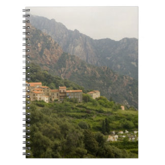 Europa, Frankreich, Korsika, Ota.  Stadt von Ota u Spiral Notizbuch