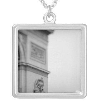 Europa, Frankreich, Paris. Der Arc de Triomphe und Versilberte Kette