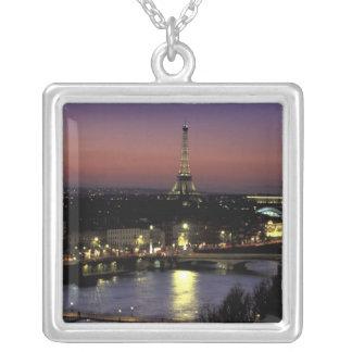 Europa, Frankreich, Paris, Sonnenuntergangansicht Versilberte Kette