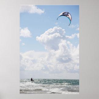 extremer Drachen-Surfer auf schneller Fahrt Poster