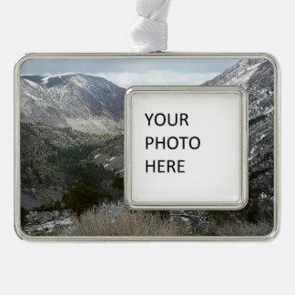Fahren durch die Snowy-Sierra Nevada-Berge Rahmen-Ornament Silber