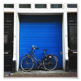 Fahrrad auf blauer Tür Fotodruck