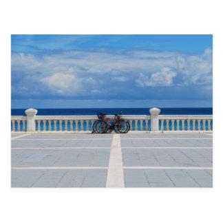 Fahrräder durch das kantabrische Meer in Postkarte