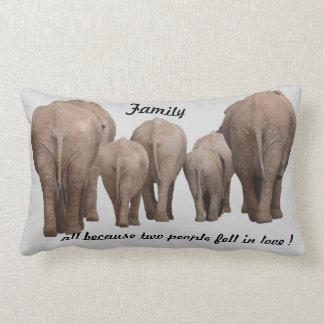 Familie, weil 2 Leute in Liebe Elefanten fielen Kissen