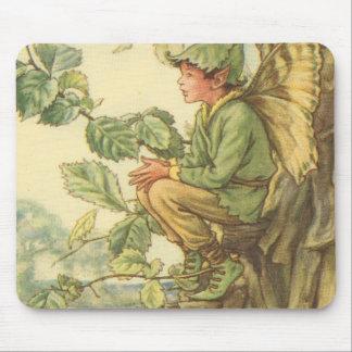 Fée à ailes d'orme s'asseyant dans un arbre tapis de souris