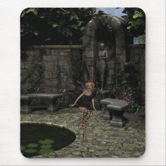 Fée gothique élégante dans le jardin d'été tapis de souris