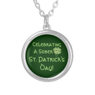Feiern eines nüchternen St Patrick von Tag Halskette Mit Rundem Anhänger