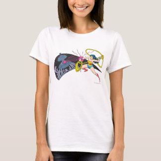 Femme de merveille contre le robot t-shirt