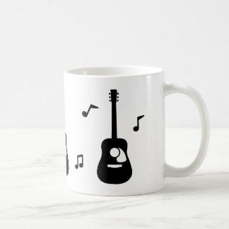 Feste schwarze Akustikgitarre und Musiknoten Kaffeetasse