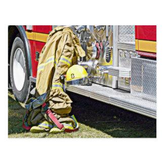 Feuerwehrmann-feuerbekämpfender Anzug und LKW Postkarte