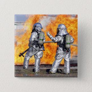 Feuerwehrmänner kämpfen ein simuliertes Feuer Quadratischer Button 5,1 Cm
