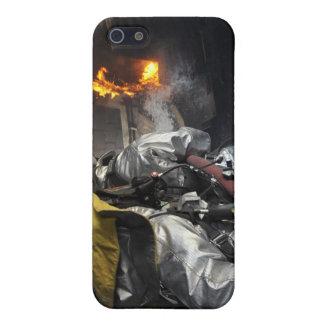 Feuerwehrmänner löschen ein Feuer in einem iPhone 5 Schutzhüllen
