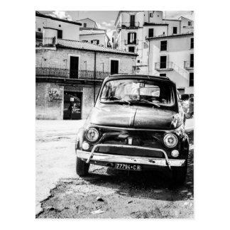 Fiat 500 in den Retro Reisegeschenken Italiens Postkarte