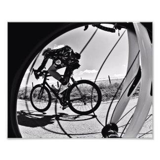 Fikeshot durch das Rad in Schwarzweiss. Fotodruck