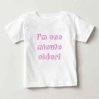 Fille jumelle je suis un plus vieux minute ! t-shirt pour bébé